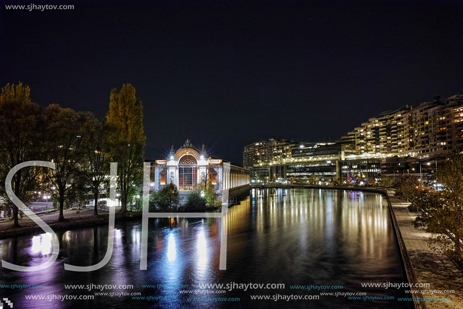 Night photo of Rhоne River and city of Geneva, Switzerland